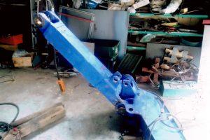 建設機械のアーム修理